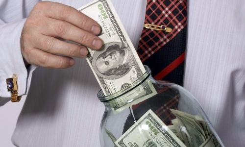 Эксперт предупредил, что хранить накопления в долларах стало опасно