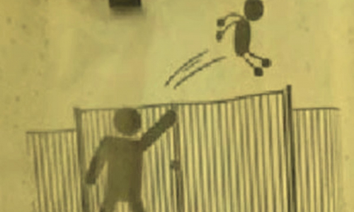 Во французской школе детей бросают через забор