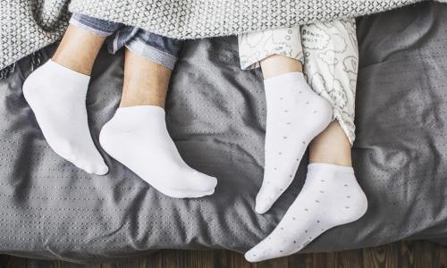 Почему вредно спать в носках: ответ специалистов