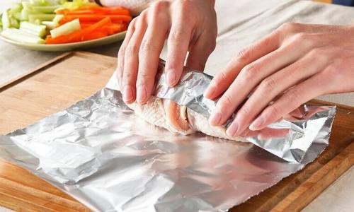 Почему опасно готовить еду в алюминиевой фольге