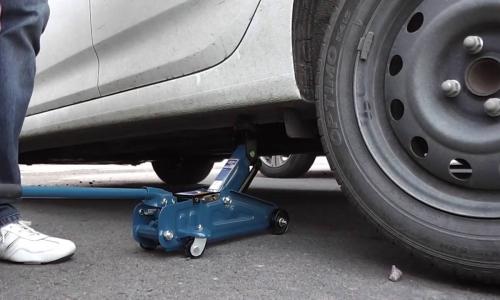 Почему нельзя поднимать машину двумя домкратами одновременно?