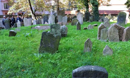 Табу приходящих на кладбище людей: что нельзя с собой брать