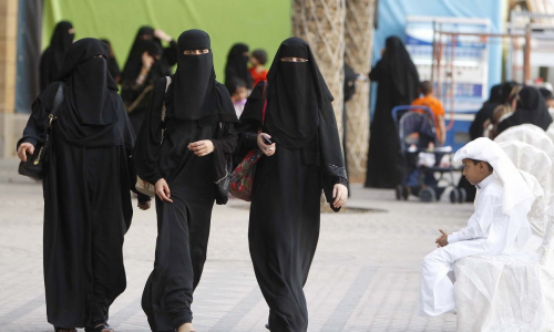 Почему в Дубае женщины ходят в черном, и им не жарко